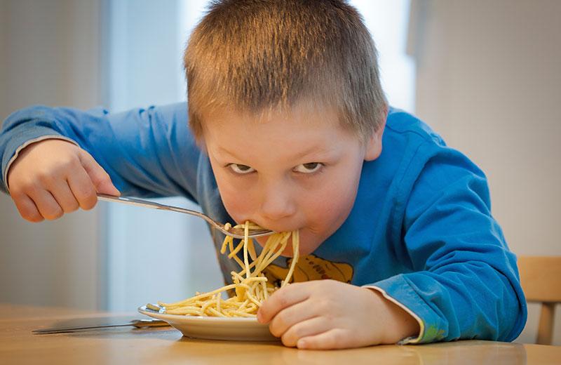 comer rapido en la mesa