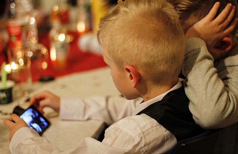 Prohibir los móviles en la mesa cuando los niños cenan o cuando comáis en familia